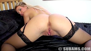 Hot exasperation blondie Shelly spreads her legs with respect to play with her cravings
